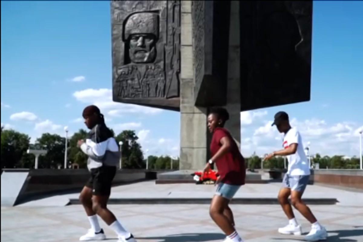 Гости из Африки сняли танец у Обелиска Победы в Твери