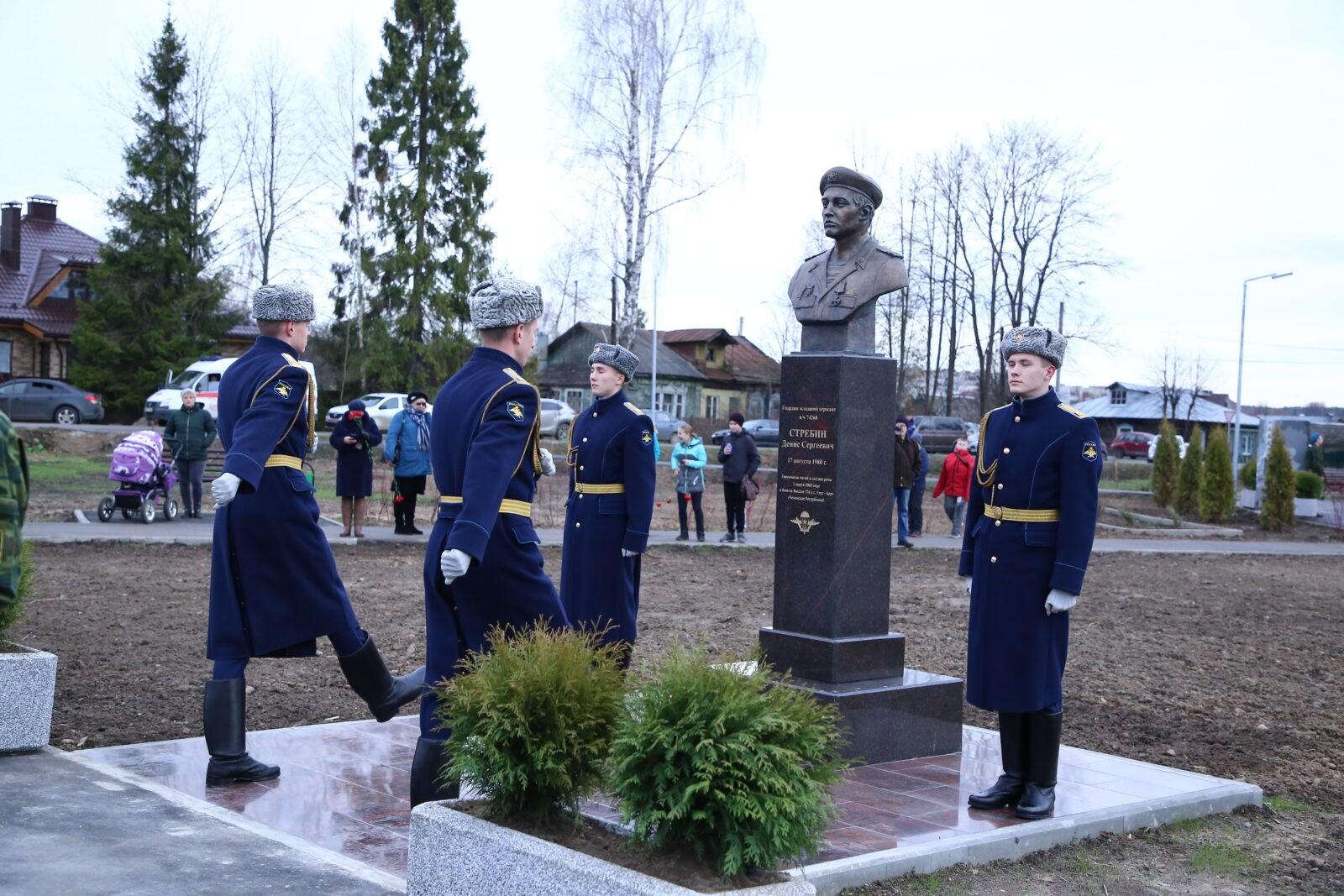 Погибшему в Чечне десантнику Денису Стребину поставили памятник в родном Конаково