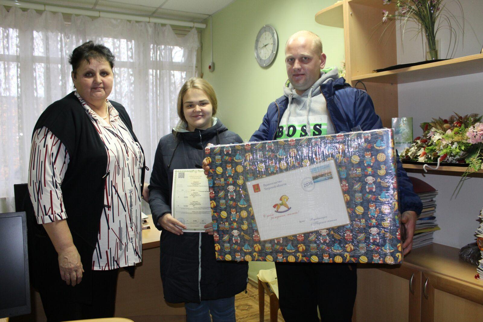В Сандовском районе вручили первый подарок новорожденному малышу