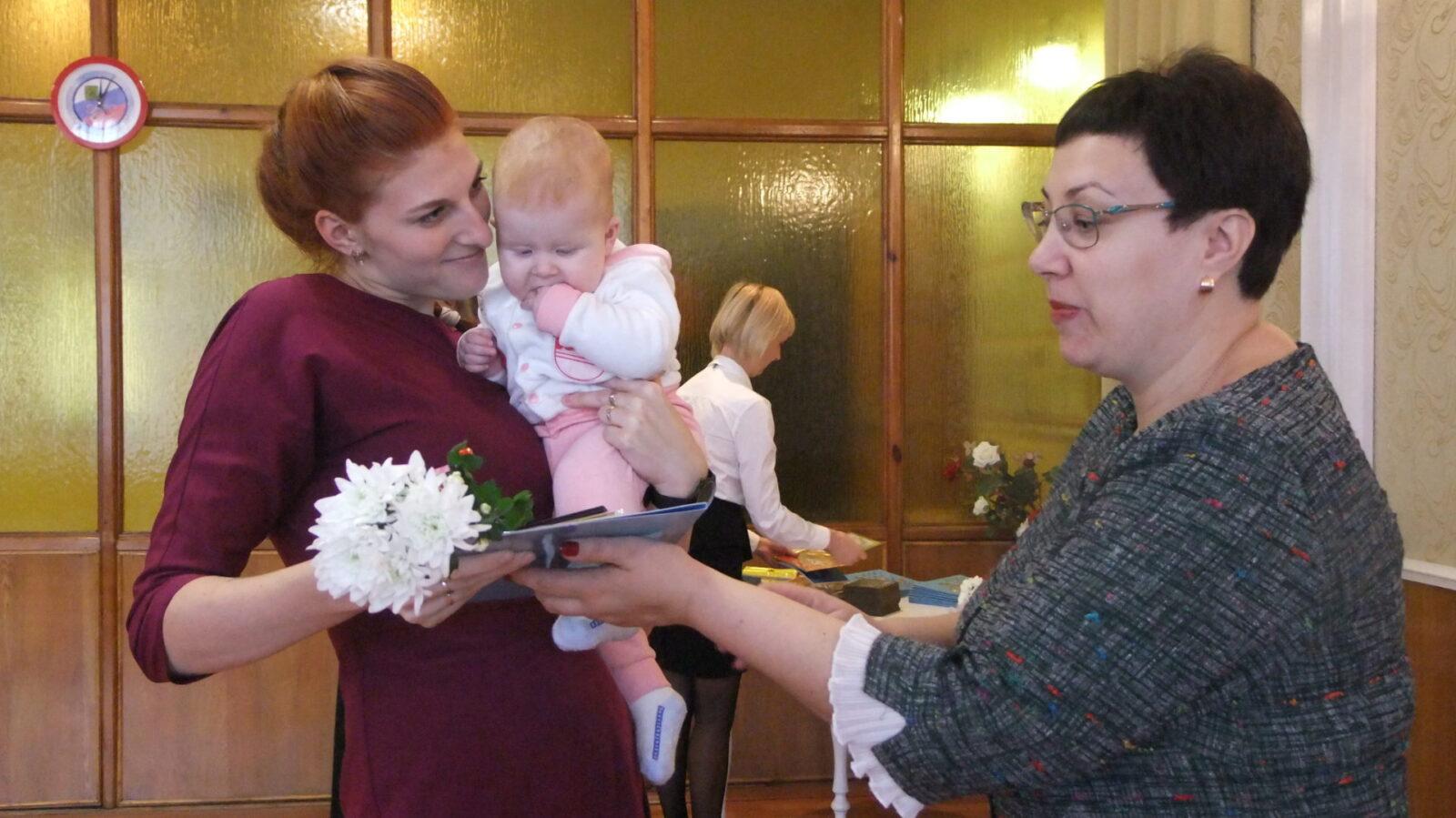 В Торопецком районе новорожденным малышам вручали медали и подарочные наборы детских принадлежностей