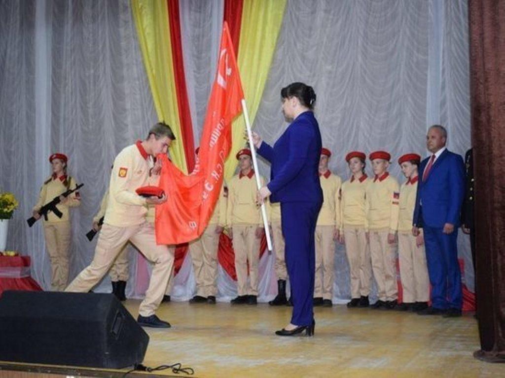 Оленинским юнармейцам вручили копию Знамени Победы