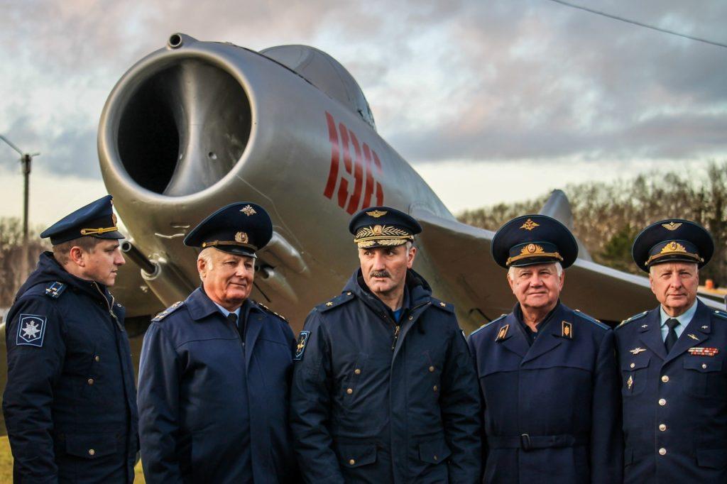 """На аэродроме Мигалово открыли памятник самолету """"МиГ-17"""""""