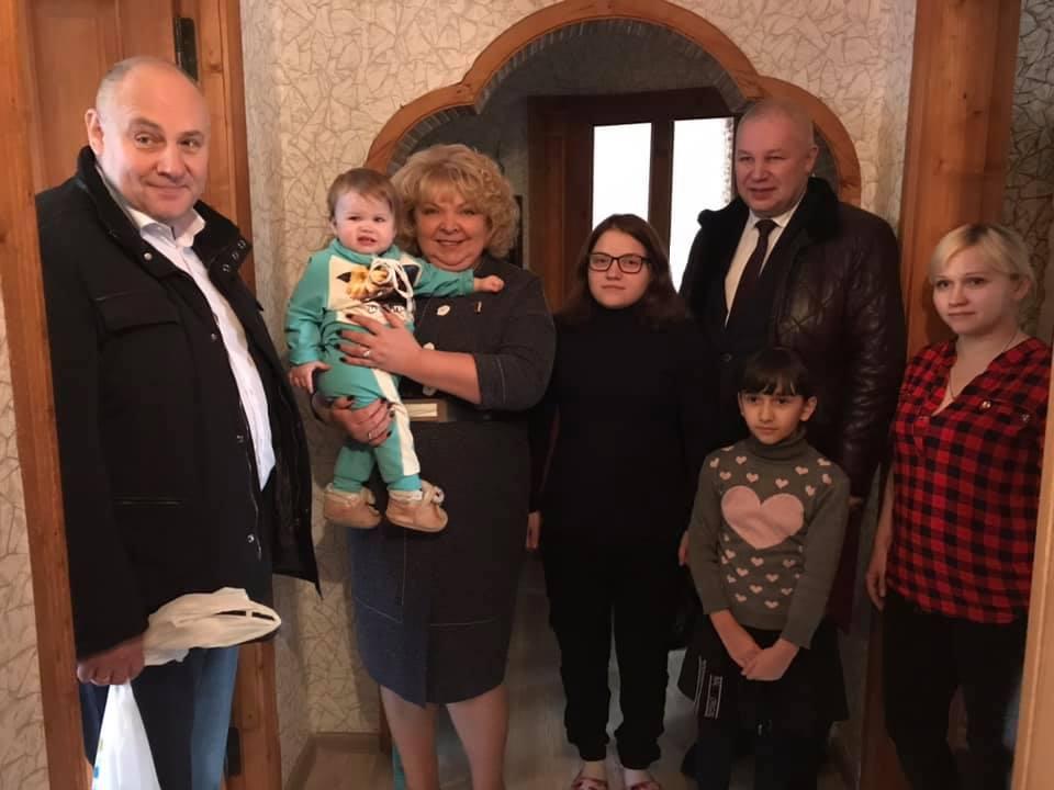 Депутат Госдумы Светлана Максимова вручила многодетной семье из Максатиха подарки