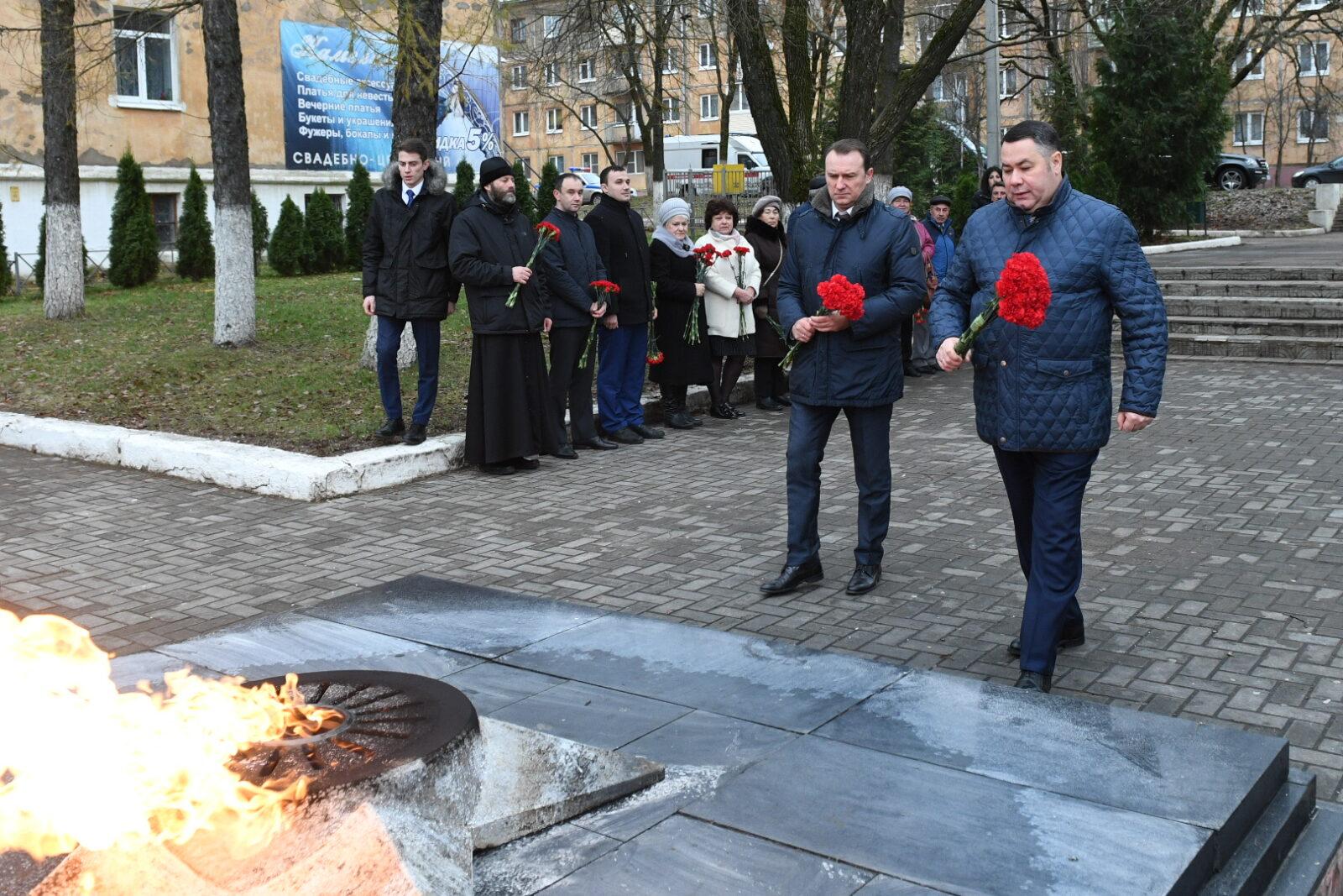 Глава Тверской области в ходе рабочего визита Бологое возложил цветы к мемориалу «Вечный огонь»