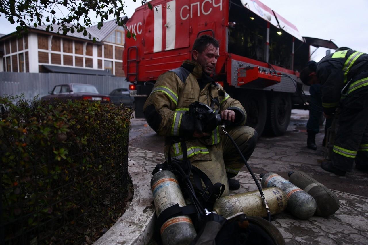 Более 30 человек и котика спасли из пожара в Морозовских казармах в Твери