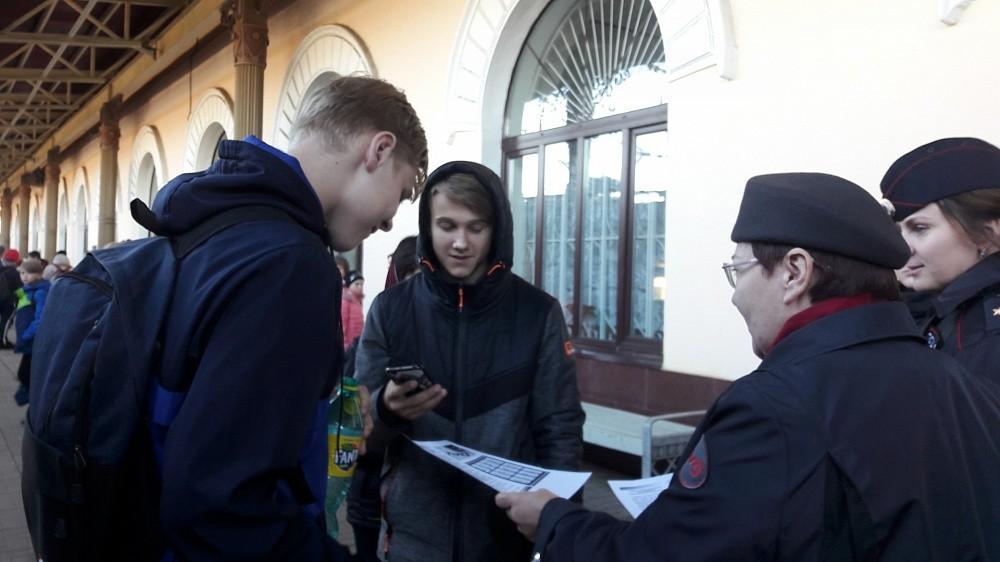 На вокзале станции Бологое прошла акция «Будь внимательным всегда там, где ходят поезда!»