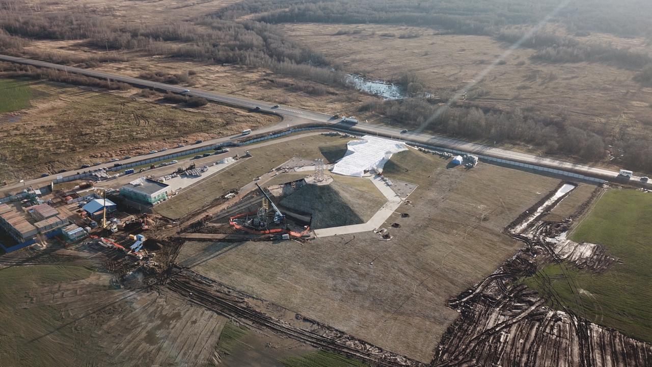 На место возведение Ржевского мемориала в Тверской области завозят первые элементы монумента