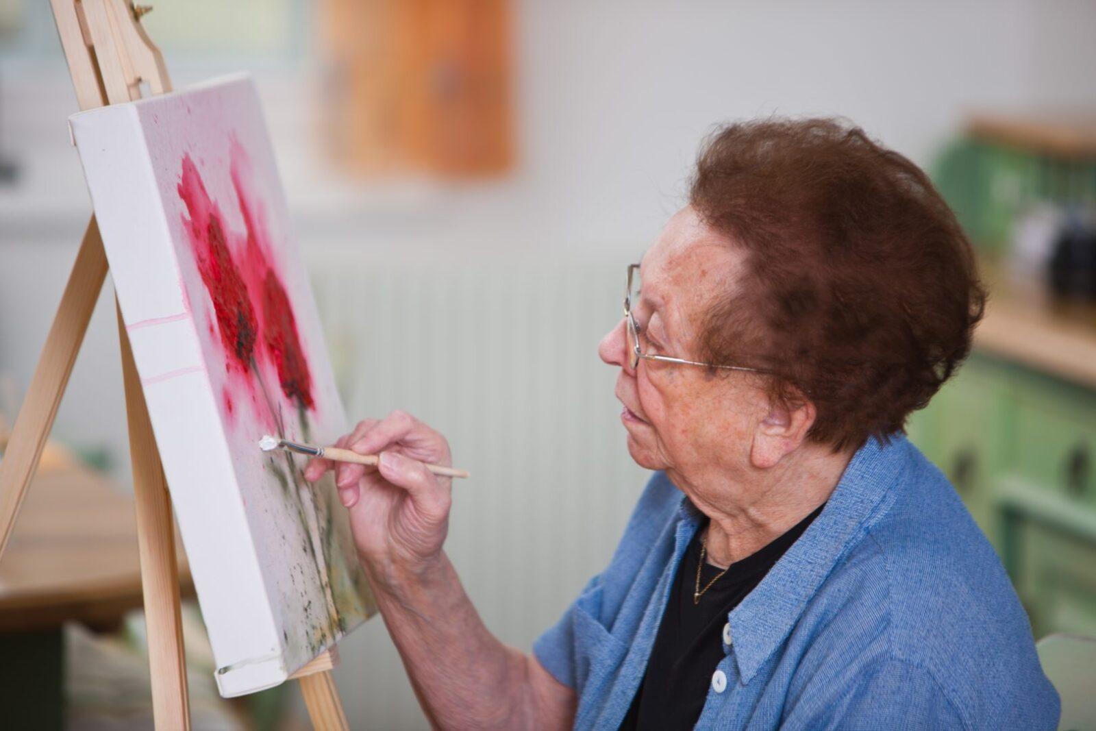 Тверских пенсионеров бесплатно обучат живописи