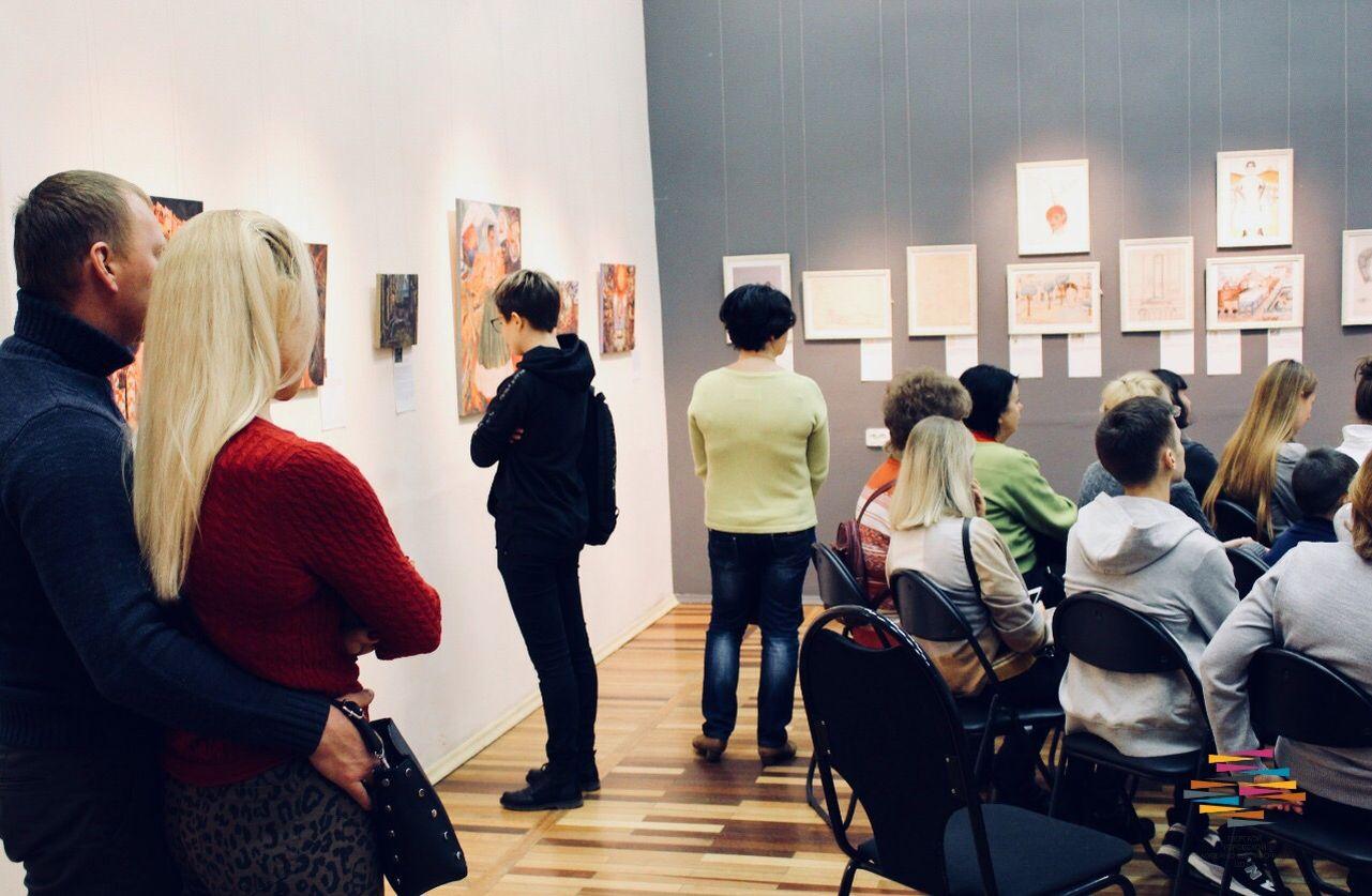 В Твери школьники и студенты могут бесплатно посетить две художественные выставки