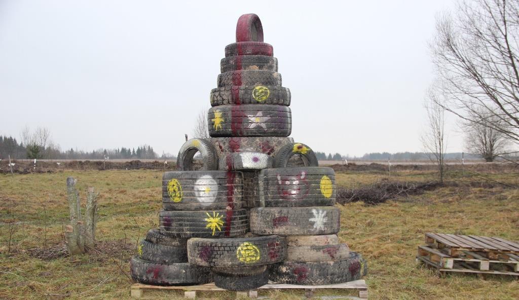 Ёлку из покрышек установили на поле для джип-триатлона в Тверской области