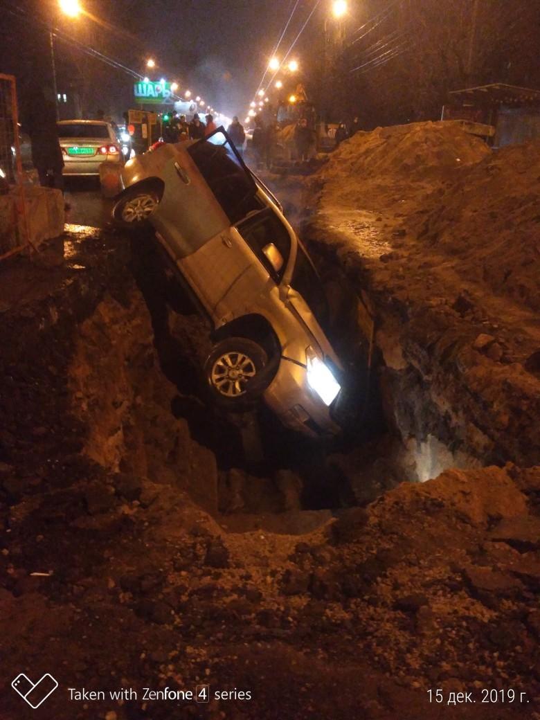 В Твери автомобиль провалился в яму