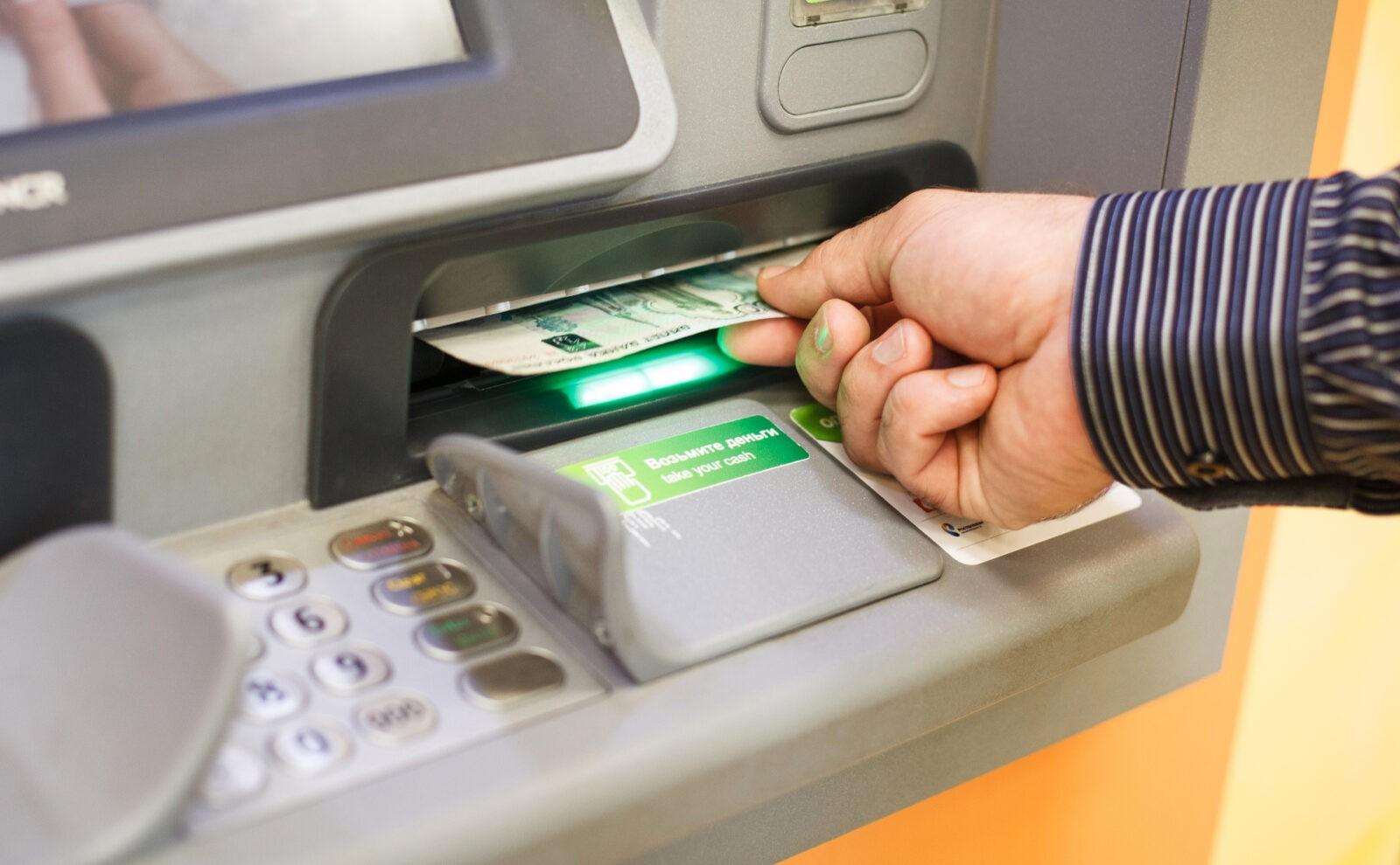 У невнимательного жителя Твери украли деньги из банкомата