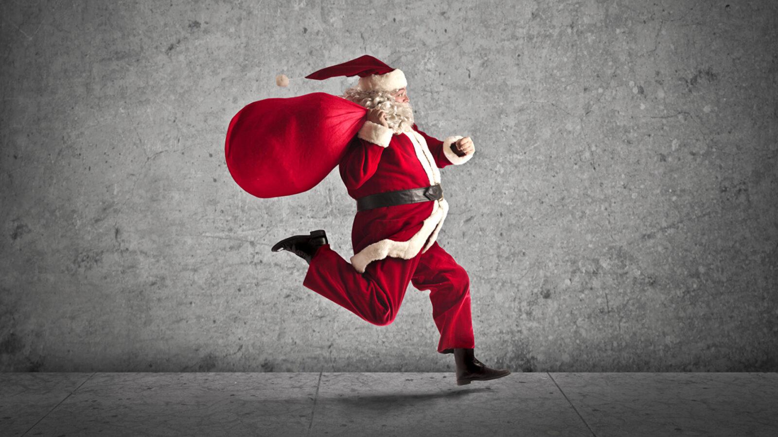 Спортивные Деды Морозы бегали по Твери и дарили прохожим конфеты