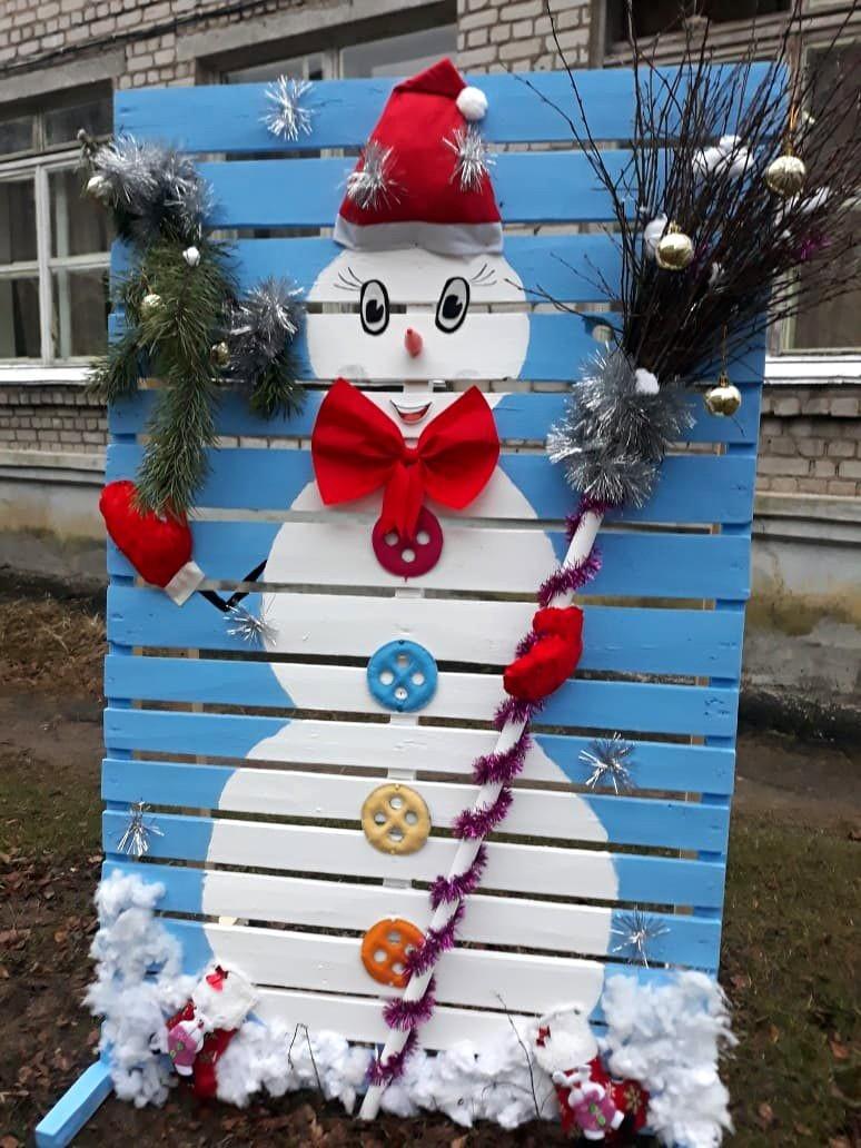 Жители Кимр не дождались снега и смастерили снеговиков из подручных средств