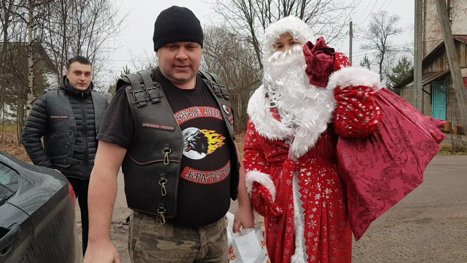 Байкеры принесли новогодние подарки детям в больницу в Калязине