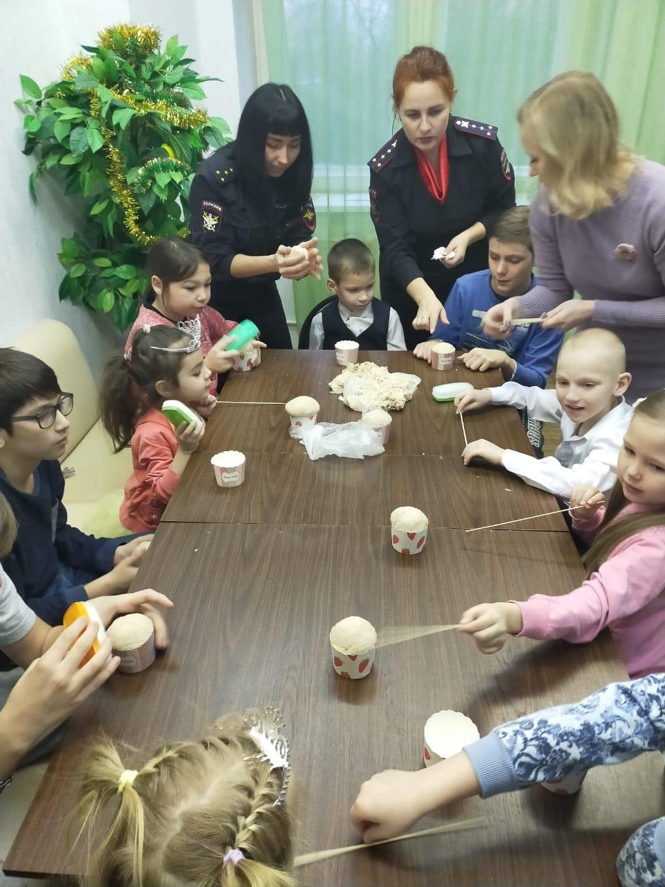 Тверские полицейские вместе с воспитанниками реабилитационного центра готовили кексы