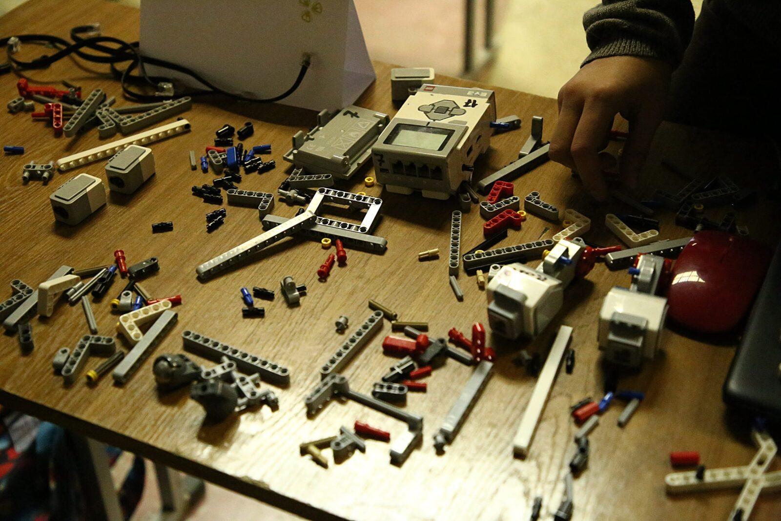 Соревнования по сборке роботов прошли в Твери