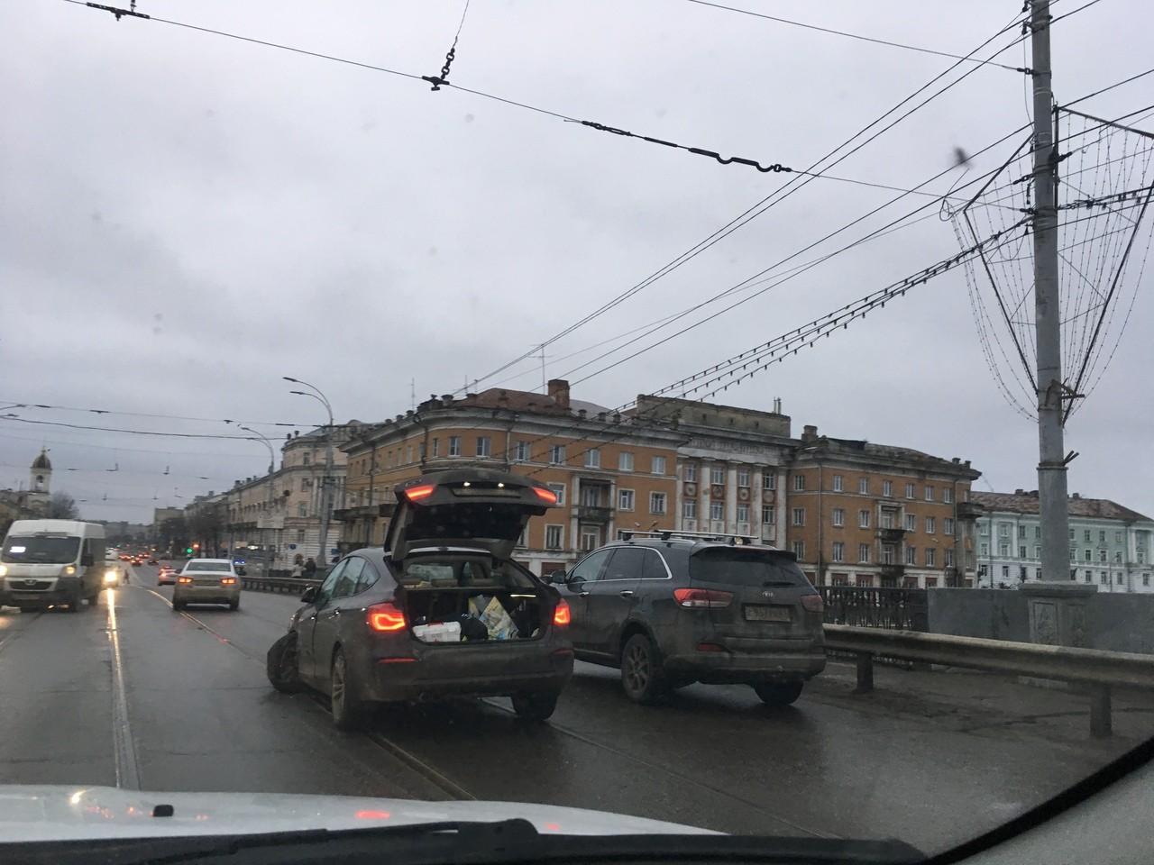 На Новом мосту в Твери из-за крупной аварии  образовалась пробка