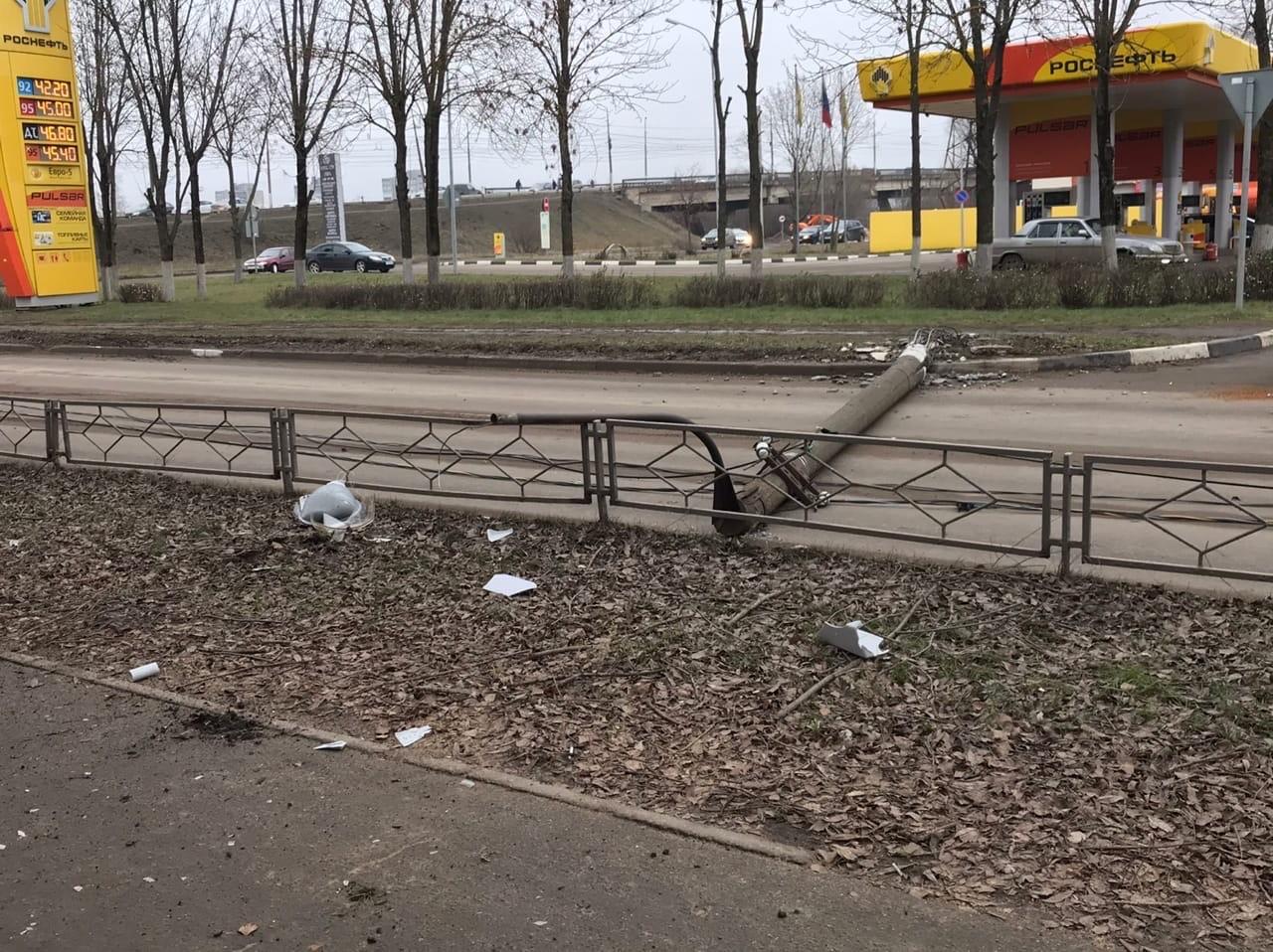 """Два упавших столба перекрыли движение в """"Южном"""""""