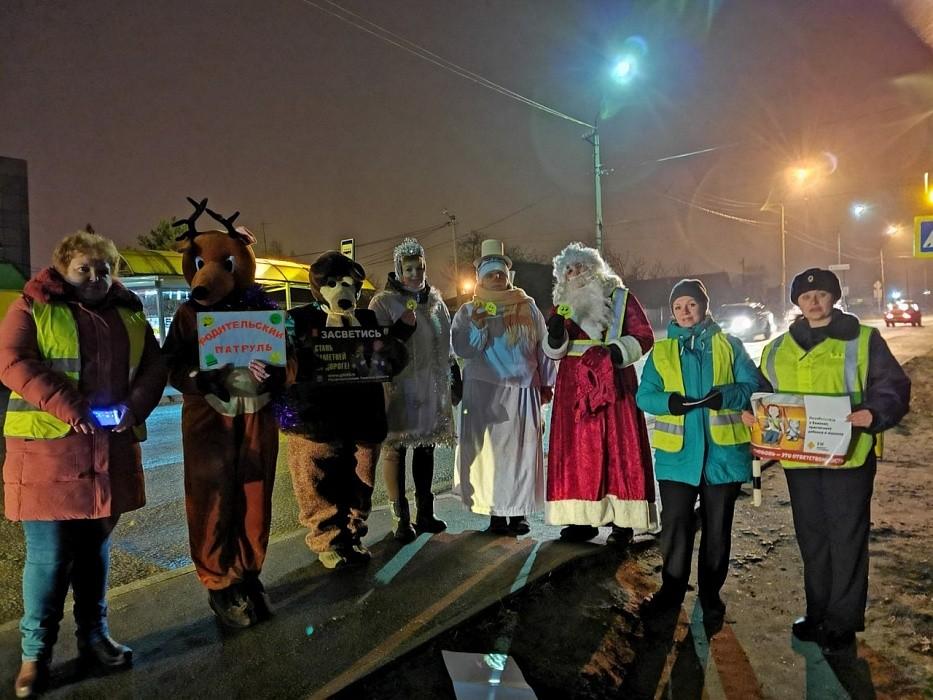 В Тверской области правила дорожного движения водителям объясняли Дед Мороз, Снегурочка и Олень