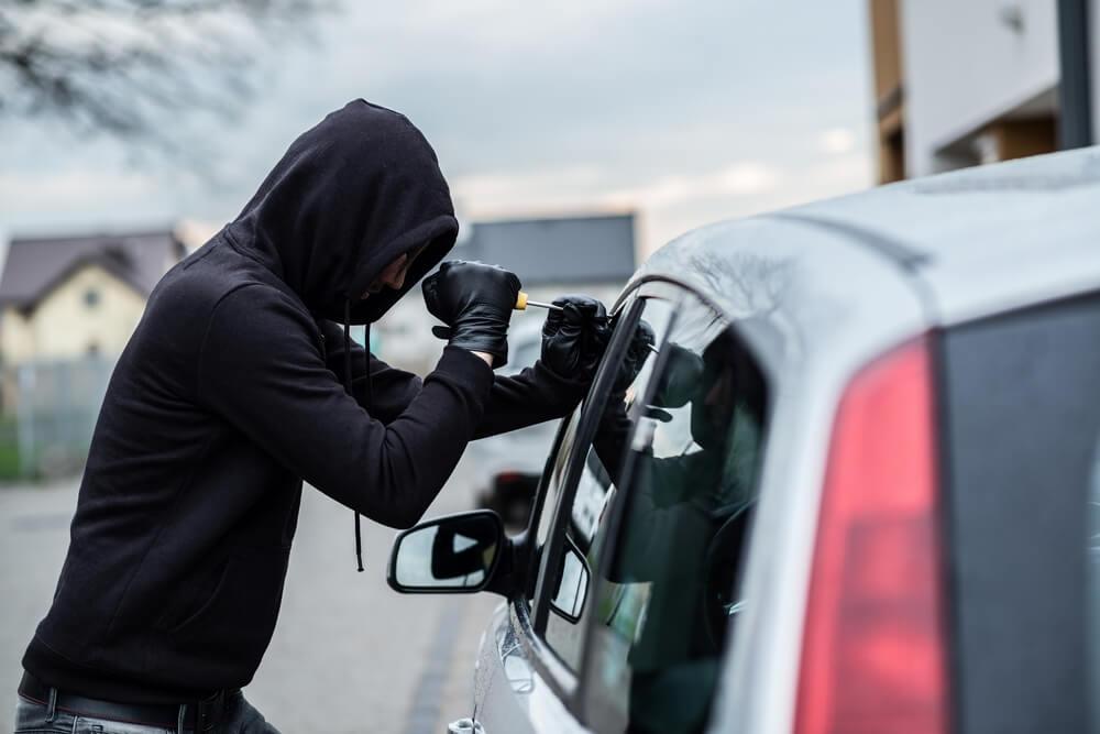 Похититель высадил детей и угнал машину в Твери