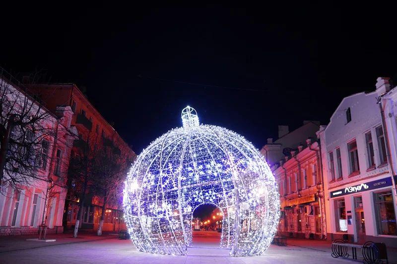Улицу Трехсвятскую в Твери вновь украсит гигантский елочный шар
