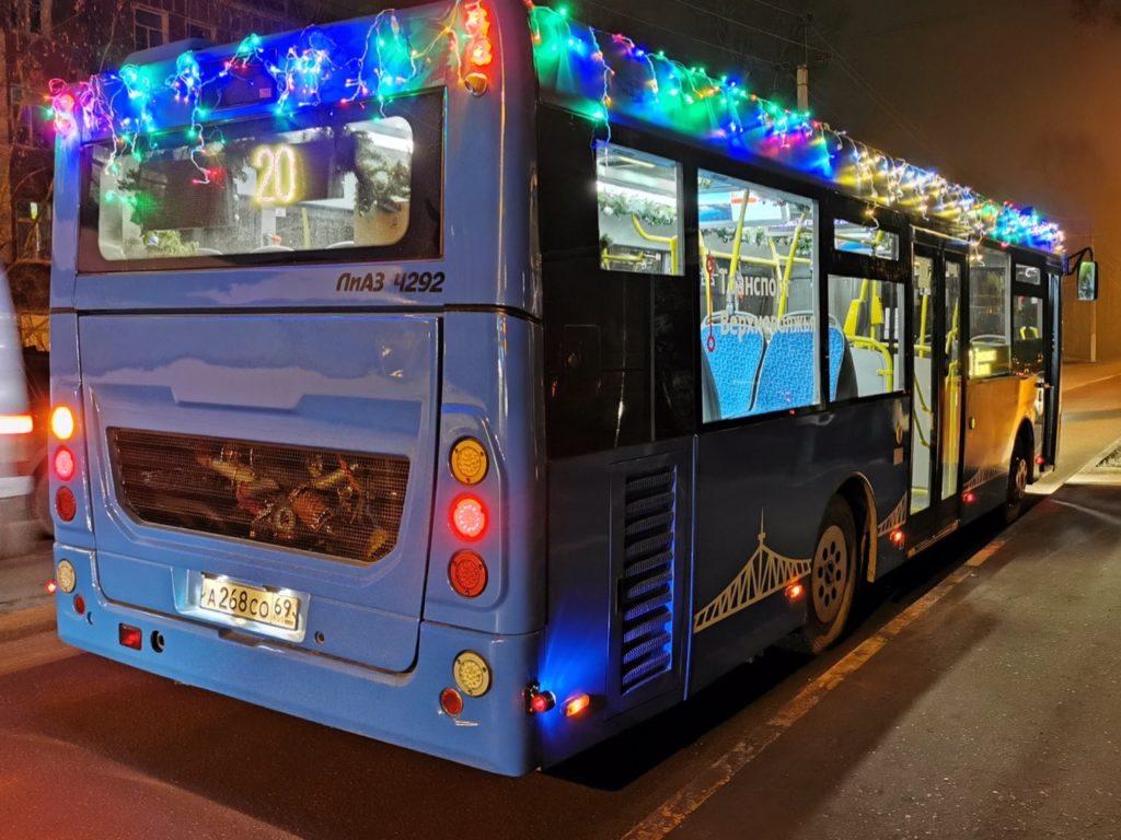 В Твери завершает работу «новогодний автобус», который бесплатно перевозил пассажиров по трем маршрутам
