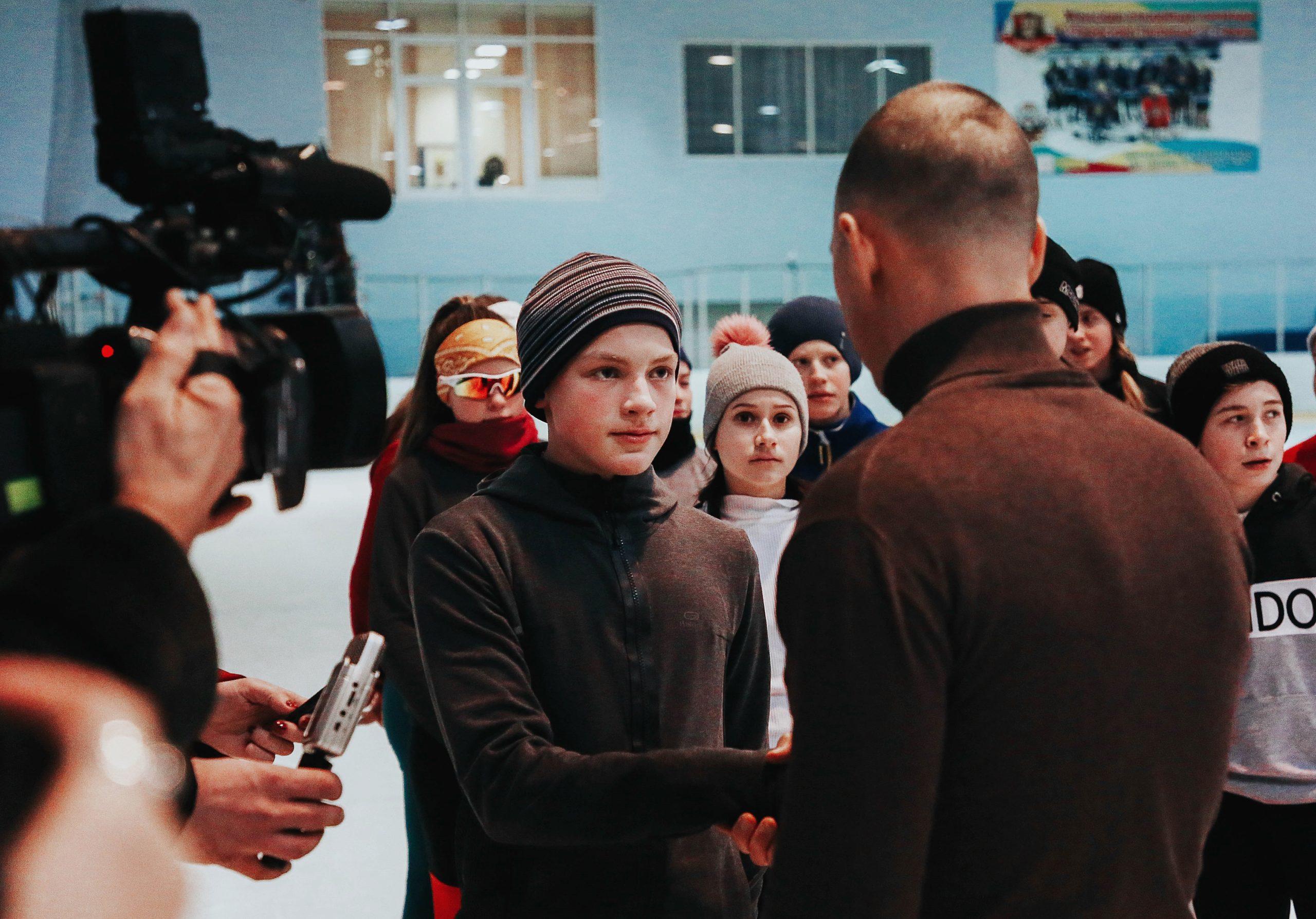 В Твери наградили школьника, героически спасшего упавшего на рельсы мужчину