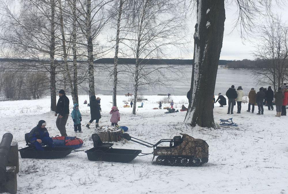 На горке у музея в Калязине проходят настоящие русские гулянья
