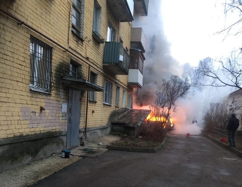 В одном из дворов Твери пылал автомобиль