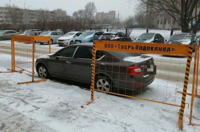 Водитель из Твери решил вопрос с парковкой при помощи заграждений «Тверь Водоканала»