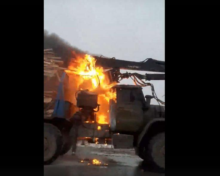 Горящий лесовоз попал на видеорегистратор в Твери
