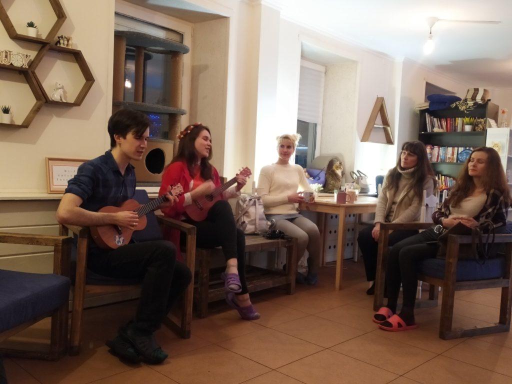 Тверские музыканты сыграли на странных инструментах в котокафе
