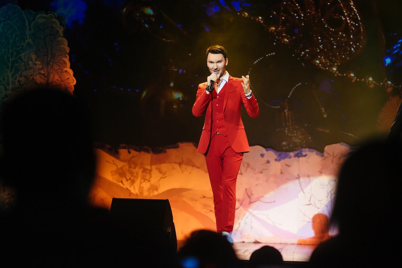 Тверской певец Евгений Окунев призвал зрителей приносить на концерты корм для собак