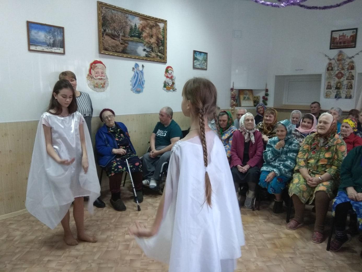 В Западнодвинском доме для престарелых дети устроили праздник