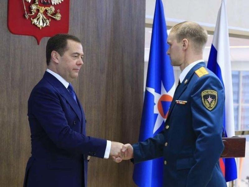Дмитрий Медведев наградил спасателя из Тверской области медалью Суворова