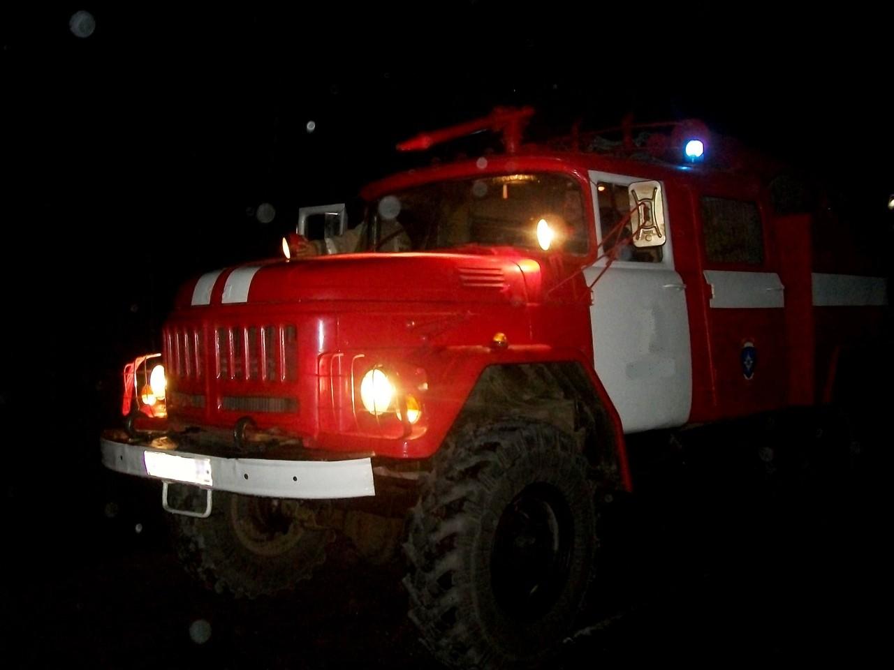 Спасатели тушат сильный пожар в Конаково Тверской области