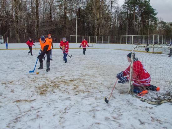 В Твери сотрудники МЧС сыграли в хоккей в валенках