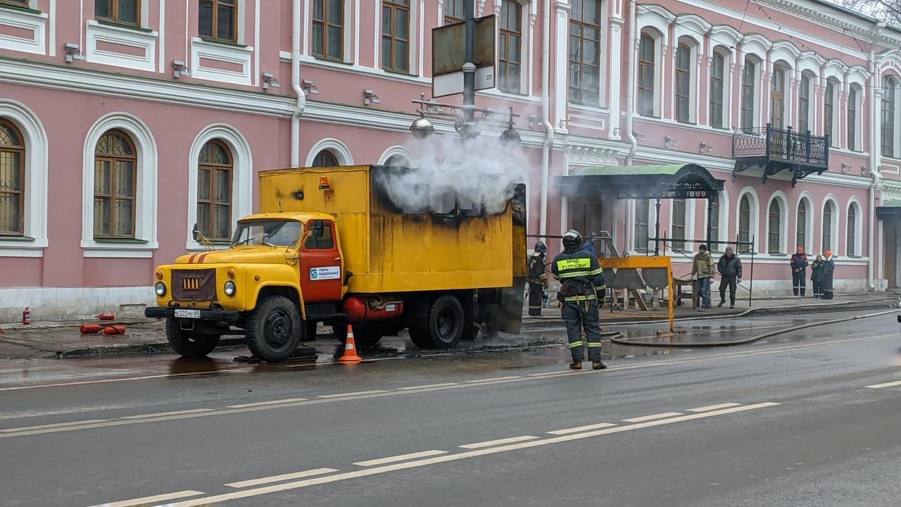 """В Твери горела машина """"Водоконала"""" ВИДЕО"""