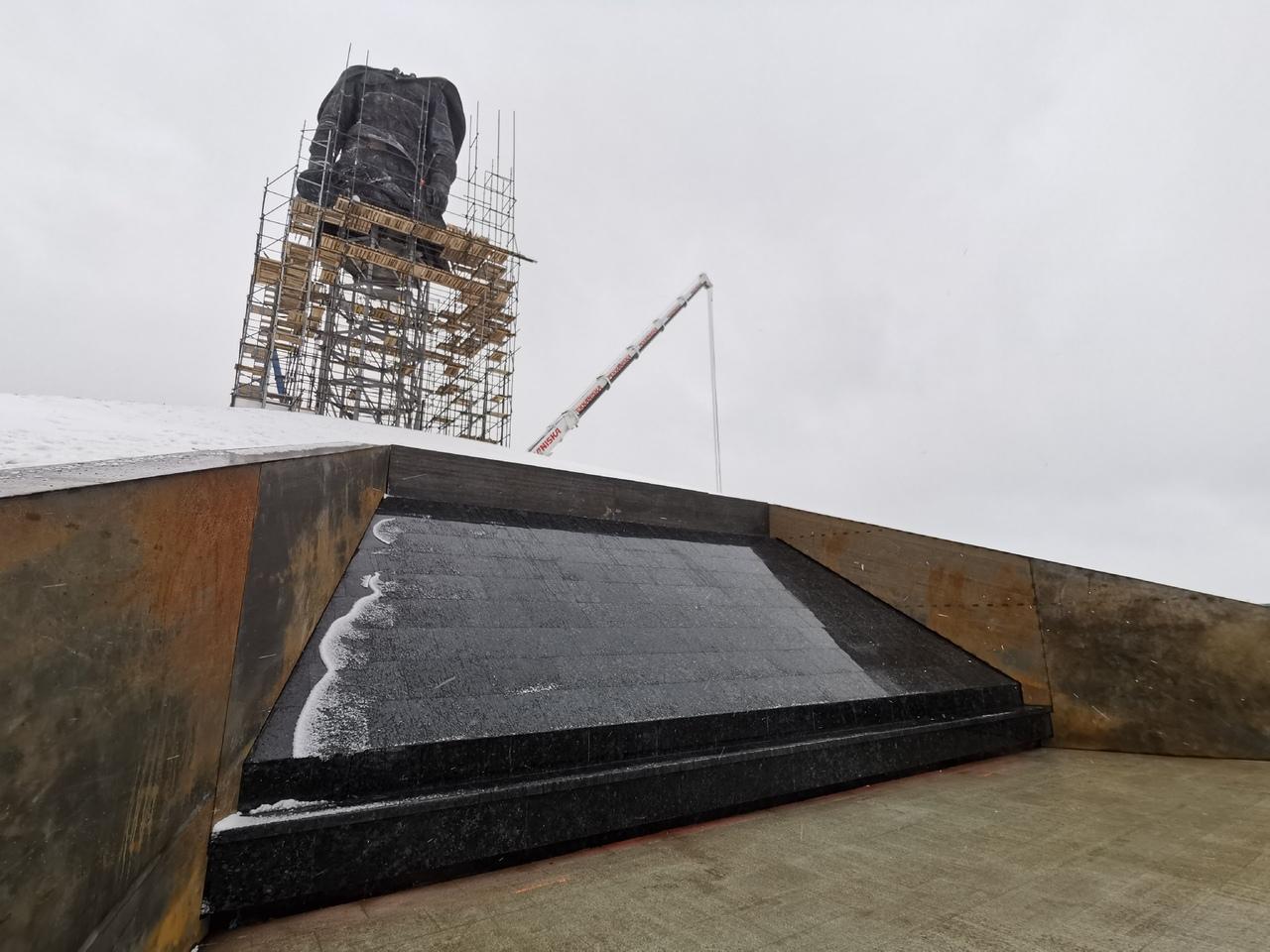 В Ржеве полным ходом идет установка мемориала Советскому солдату
