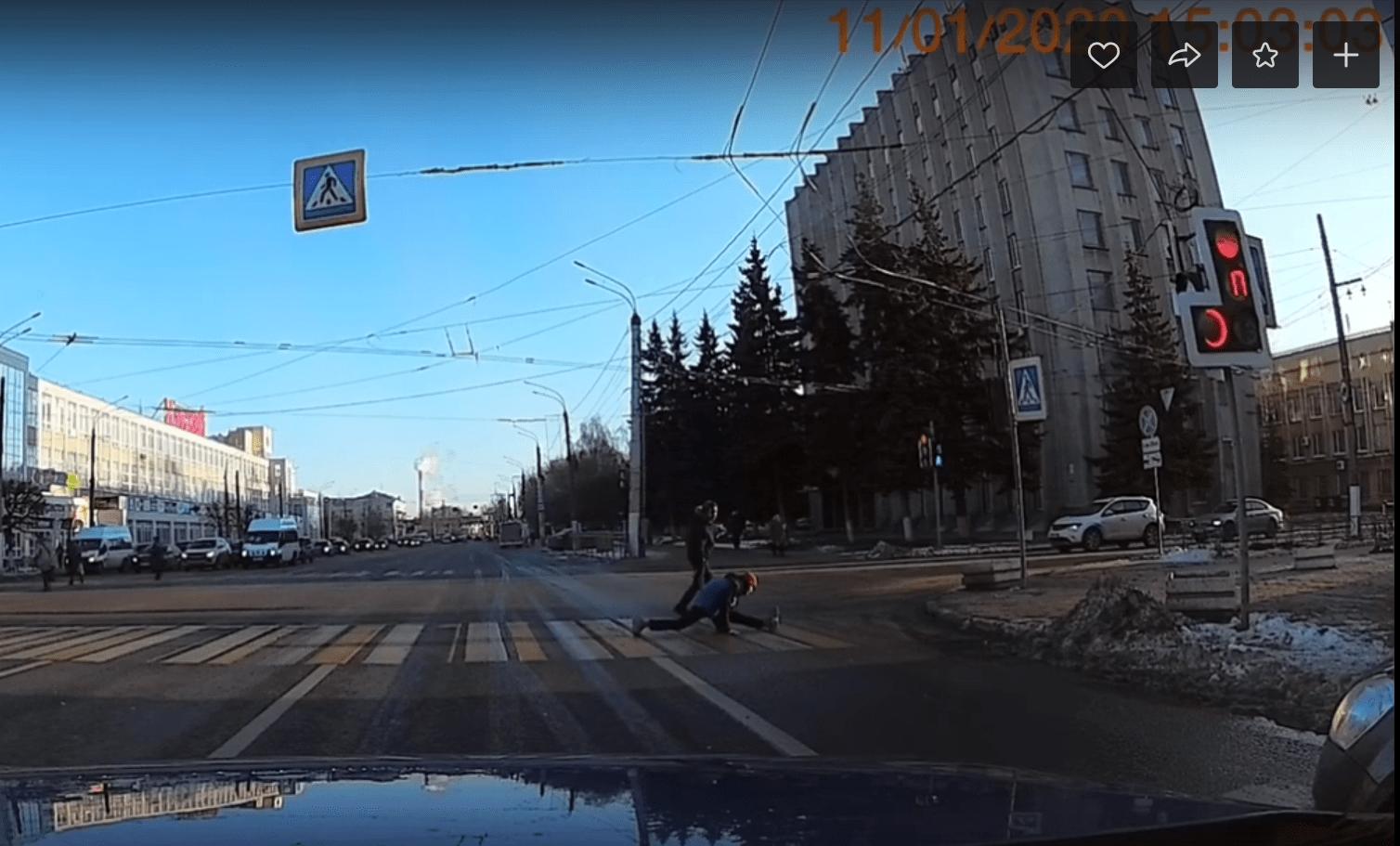 Пешеход с хорошей растяжкой порадовал тверских водителей