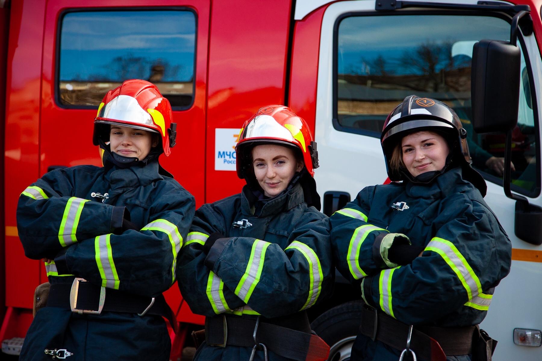 К 23 февраля сотрудницы тверского МЧС сняли видео о работе пожарных