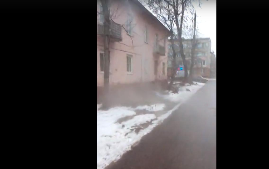Житель Твери попал под горячий душ прямо на улице и снял видео