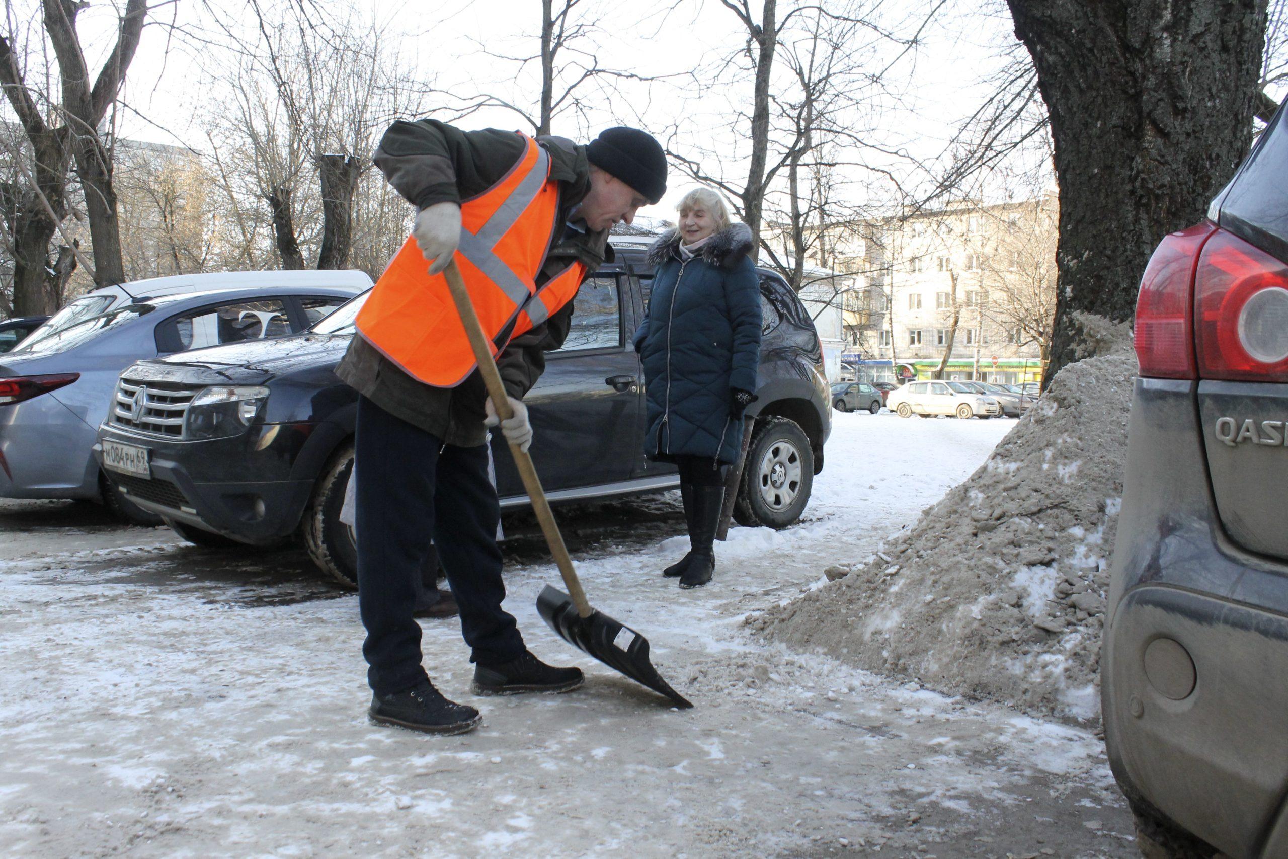 Тверские УК наказывают рублем за плохую уборку снега во дворах