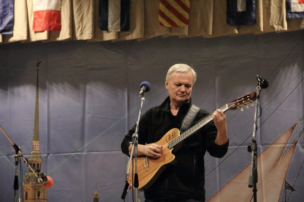 Композитор из Санкт-Петербурга сыграет на гитаре в Твери