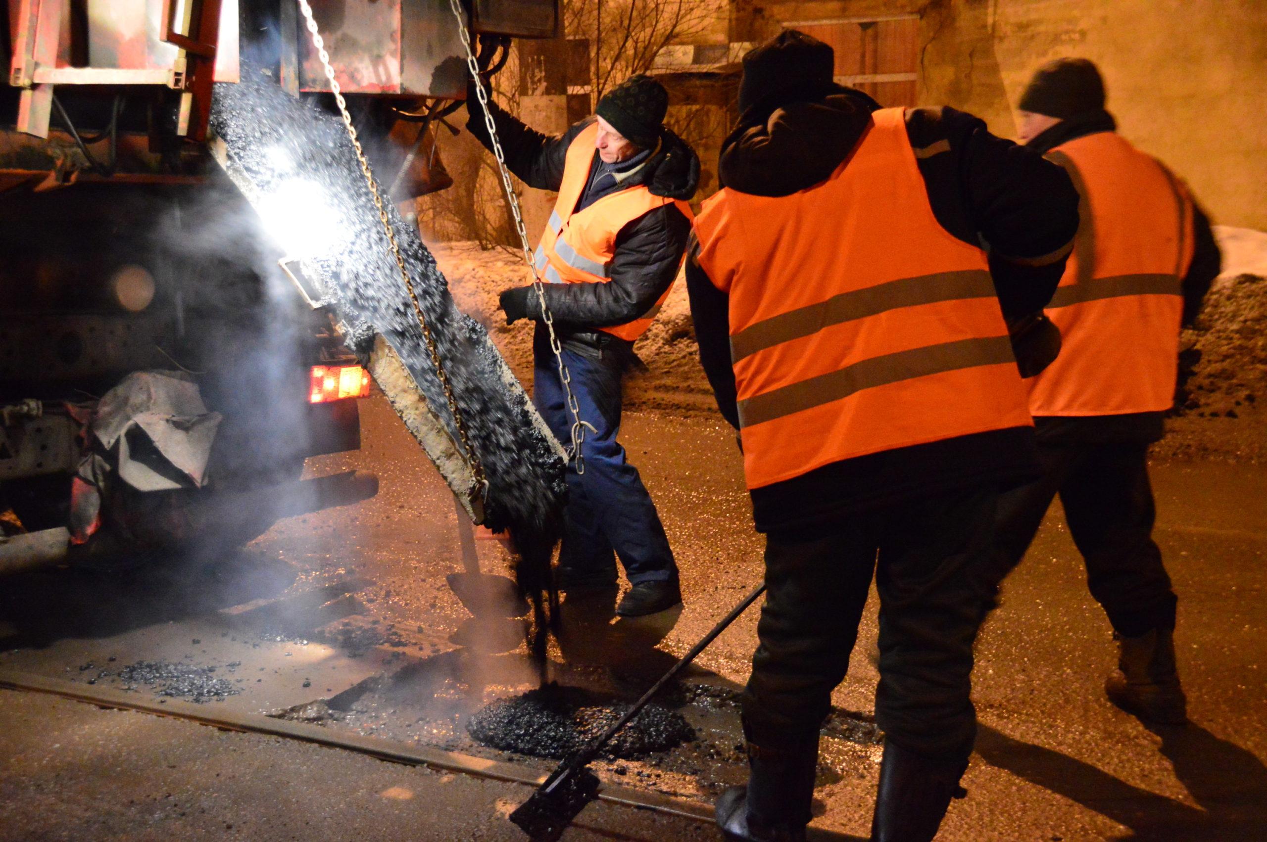 Тверские дорожники заливают ямы литым асфальтобетоном