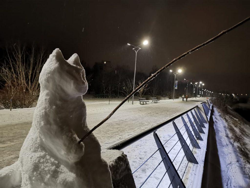 У бронзового тверского рыбака в Дубне появился снежный кот-побратим