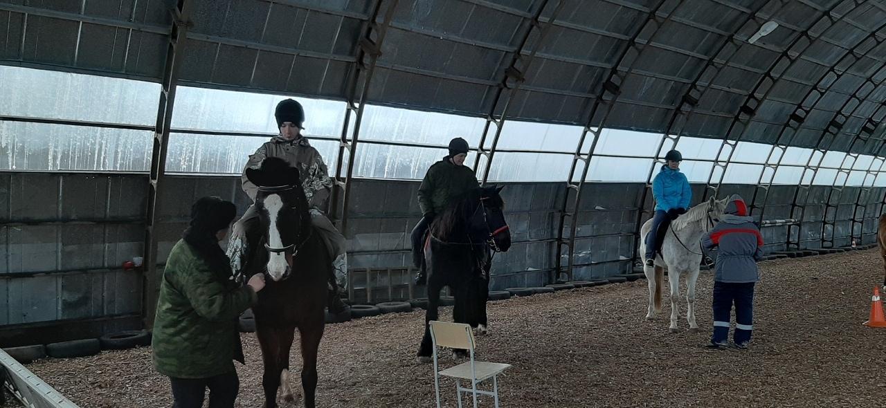 Волонтеров из Тверской области учат держаться в седле