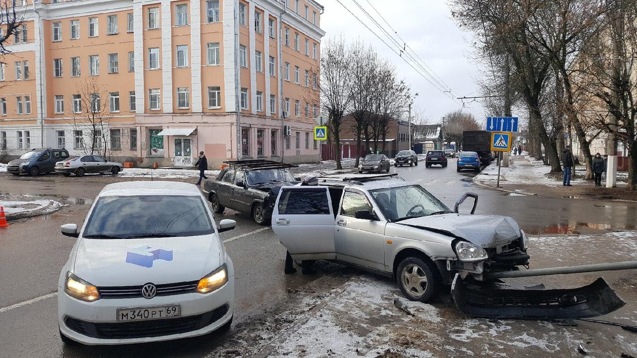 Из-за столкновения трех машин на улице Бебеля в Твери собирается пробка
