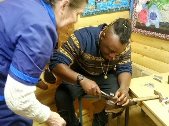 Афроамериканец приехал в Тверскую область и взялся за сапожный нож